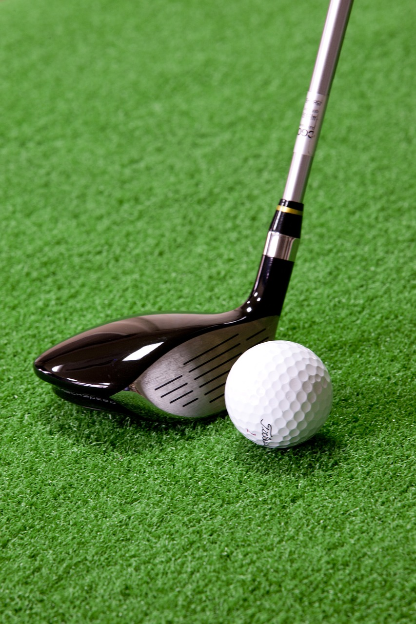 kij golfowy i piłeczka golfowa
