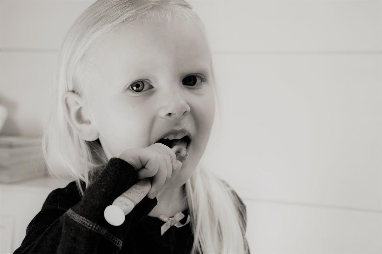 dziewczynka myjąca zabki